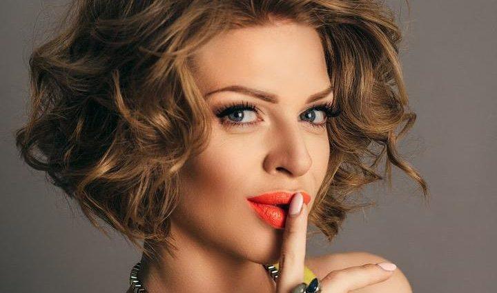 «У сукні ніжного кольору»: Яна Глущенко вийшла на сцену через тиждень після пологів і вразила стрункою фігурою
