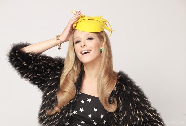 Катя Осадча підкреслила свою красу стильною сукнею і розкішним капелюшком