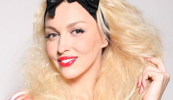 Сонна Оля Полякова приміряла костюм за 4600 гривень