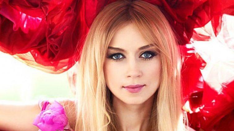 «Божественна краса!»: Наталя Валевська вразила неймовірно пікантною сукнею червоного кольору