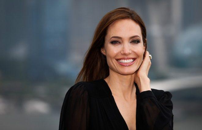 Анджеліна Джолі на прогулянці з сином
