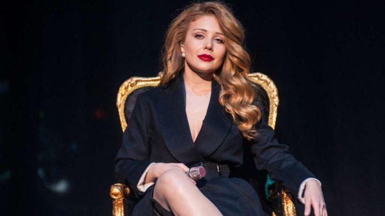 Розкішна Тіна Кароль показала схудлу фігуру в латексній сукні і затьмарила всіх на концерті