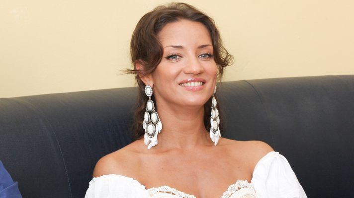 «Біла спідниця і бюстгальтер…»: Денисова показала нове фото у прозорій сукні