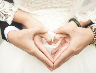 «Сьогодні неймовірний день»: відомий український співак показав перше фото зі свого весілля