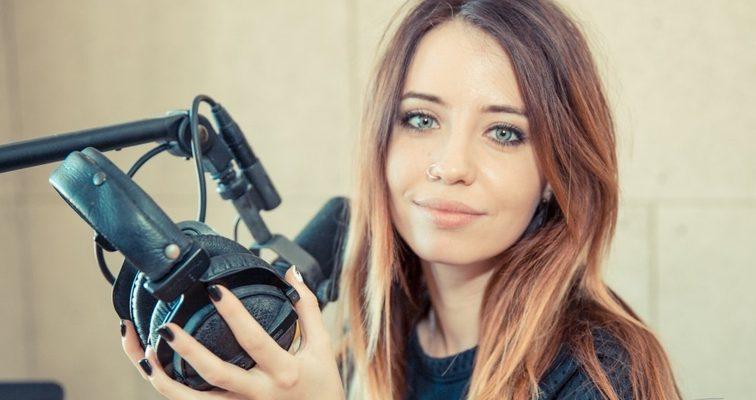Струнка Надя Дорофєєва показала сідниці в спокусливій позі