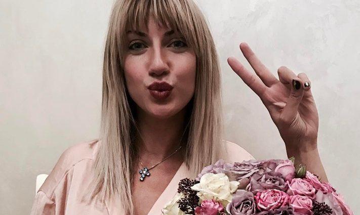Леся Нікітюк задерла ногу в коротесенькій сукні просто в кафе