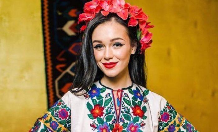 Марія Яремчук приголомшила фанатів величезним червоним капелюхом