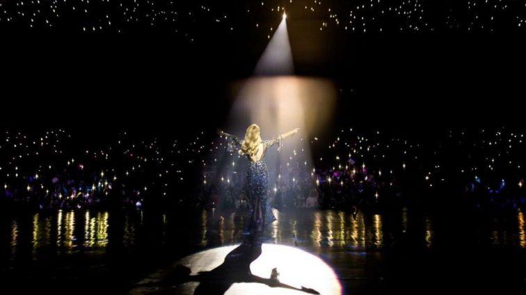 «Стильна і відверта»: П'ять ефектних образів Тіни Кароль під час концертів у Києві