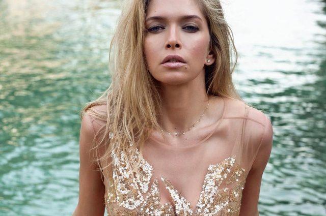 Віра Брежнєва показала струнку фігуру в леопардовій сукні