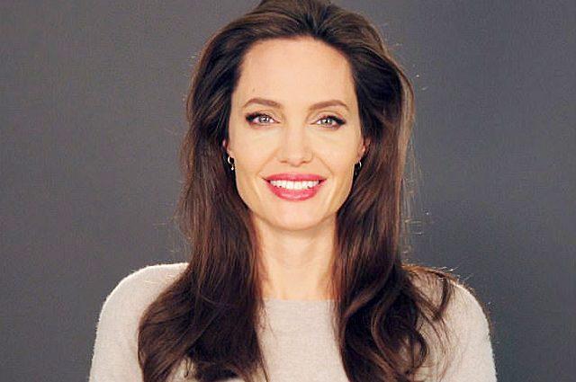 Розцвіла: Анджеліна Джолі у відвертому міні похвалилась стрункими ніжками