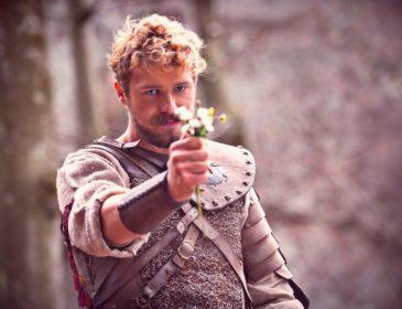 «Український Бред Пітт»: Хто він, актор Роман Луцький і чому всі про нього говорять