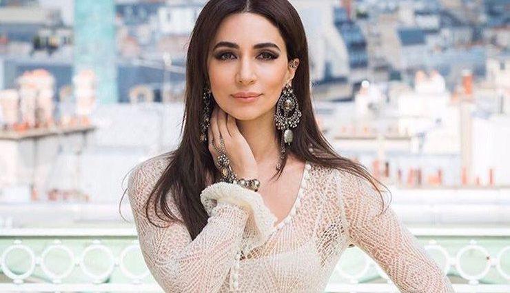 Співачка Зара вразила елегантною білою сукнею з пір'ям