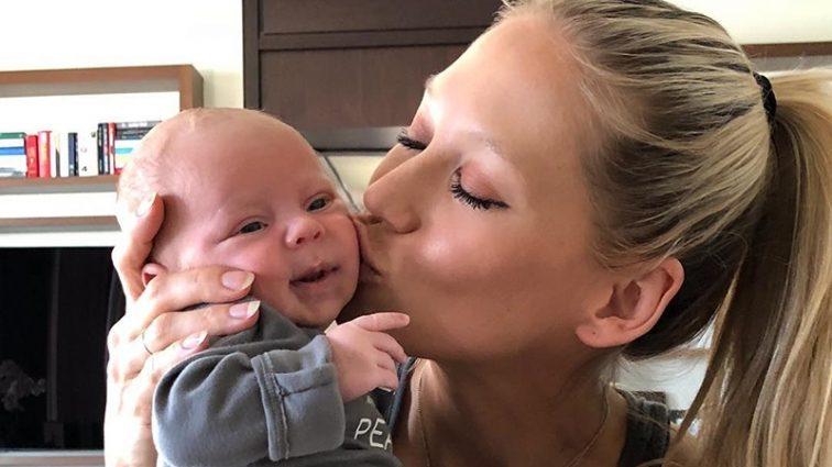 Анна Курникова вперше показала фігуру після народження близнят