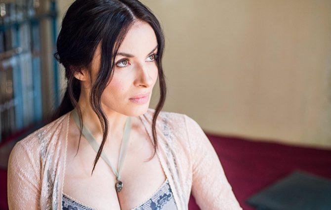 «Мейхер закликає жінок…»: Співачка показала фігуру в спокусливому платті