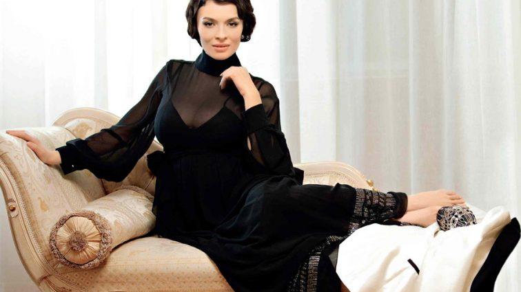 Яка розкішна жінка! Надія Мейхер показала ідеальні ніжки в прозорому пеньюарі