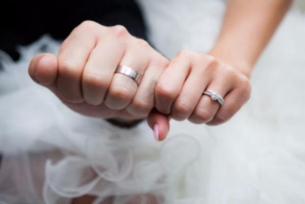«Став нареченим ще до Нового року…»: Відомий співак освідчився своїй дівчині