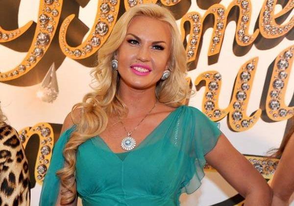 «Вульгарно як для матері двох дітей»: Фанати приголомшені новою відвертою сукнею співачки Камалії