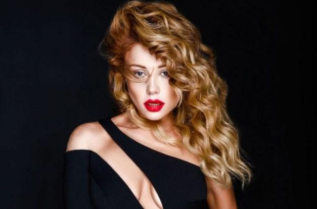 Модні критики заливаються від сміху: Тіна Кароль здивувала комбінезоном із шовку з пір'ям