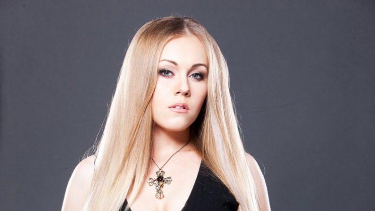 Ніби інша людина: співачка Alyosha показала обличчя без макіяжу