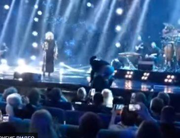 Скандал під час концерту: Охорона Ірини Білик викинула Дмитра Коляденка зі сцени