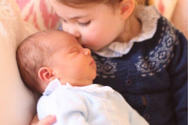 «Їй подобається…»: Інсайдер розповів, як маленька принцеса Шарлотта ставиться до новонародженого братика