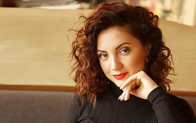 «Запальні танці, корови і красунчик…»: Ольга Цибульська вперше зняла свого чоловіка у новому кліпі