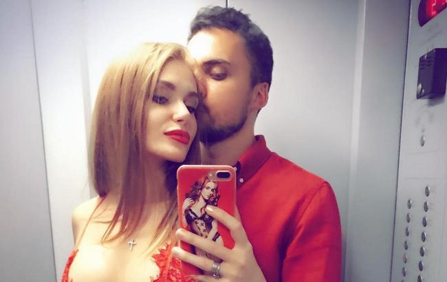 «Взяла під каблук»: Едгар Камінський поділився відвертим фото з дружиною