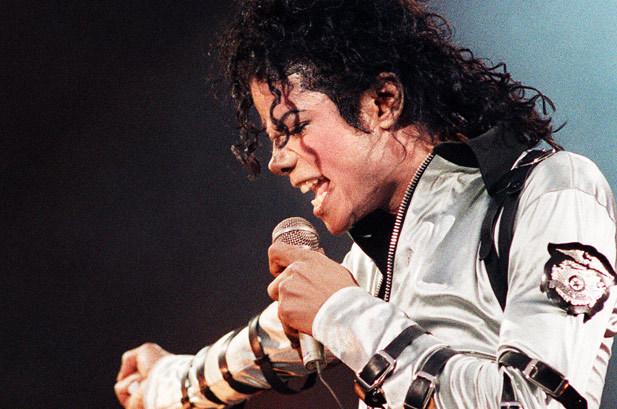 «Там всередині склепу порожньо»: фанати поп-короля Майкла Джексона не вірять в смерть легендарного артиста