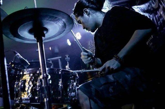 Вистрибнув з 34 поверху: Барабанщик відомого гурту наклав на себе руки в прямому ефірі, знявши все на відео