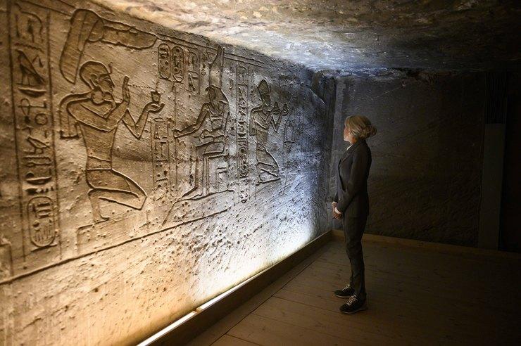 Перша леді Франції Бріжит Макрон в єгипетському храмі здивувала діловим костюмом і кросівками